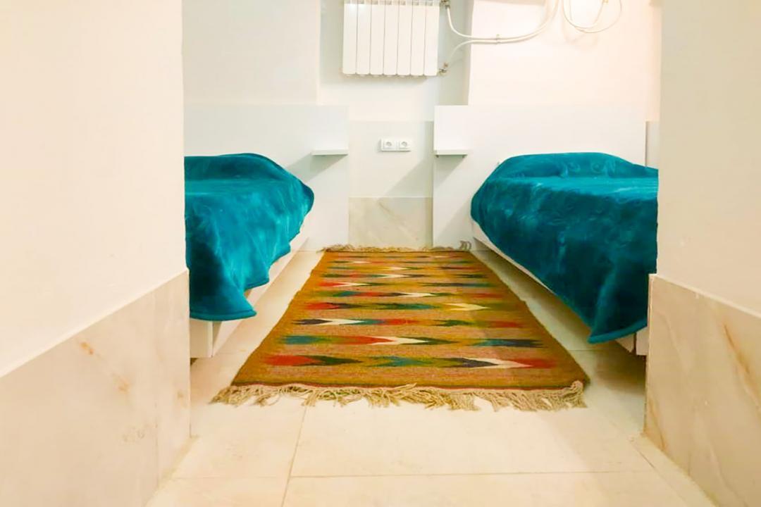اقامتگاه سنتی طاها اتاق پنج تخته سینگل